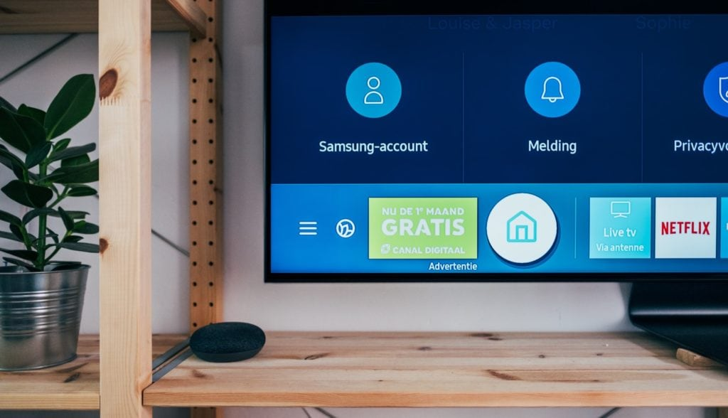 Samsung Smart Tv Met Echo Dot Ernaast