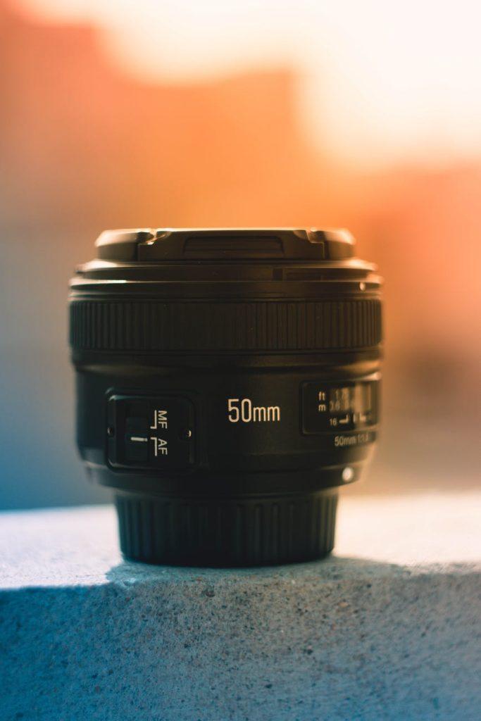 50 mm lens op een muurtje