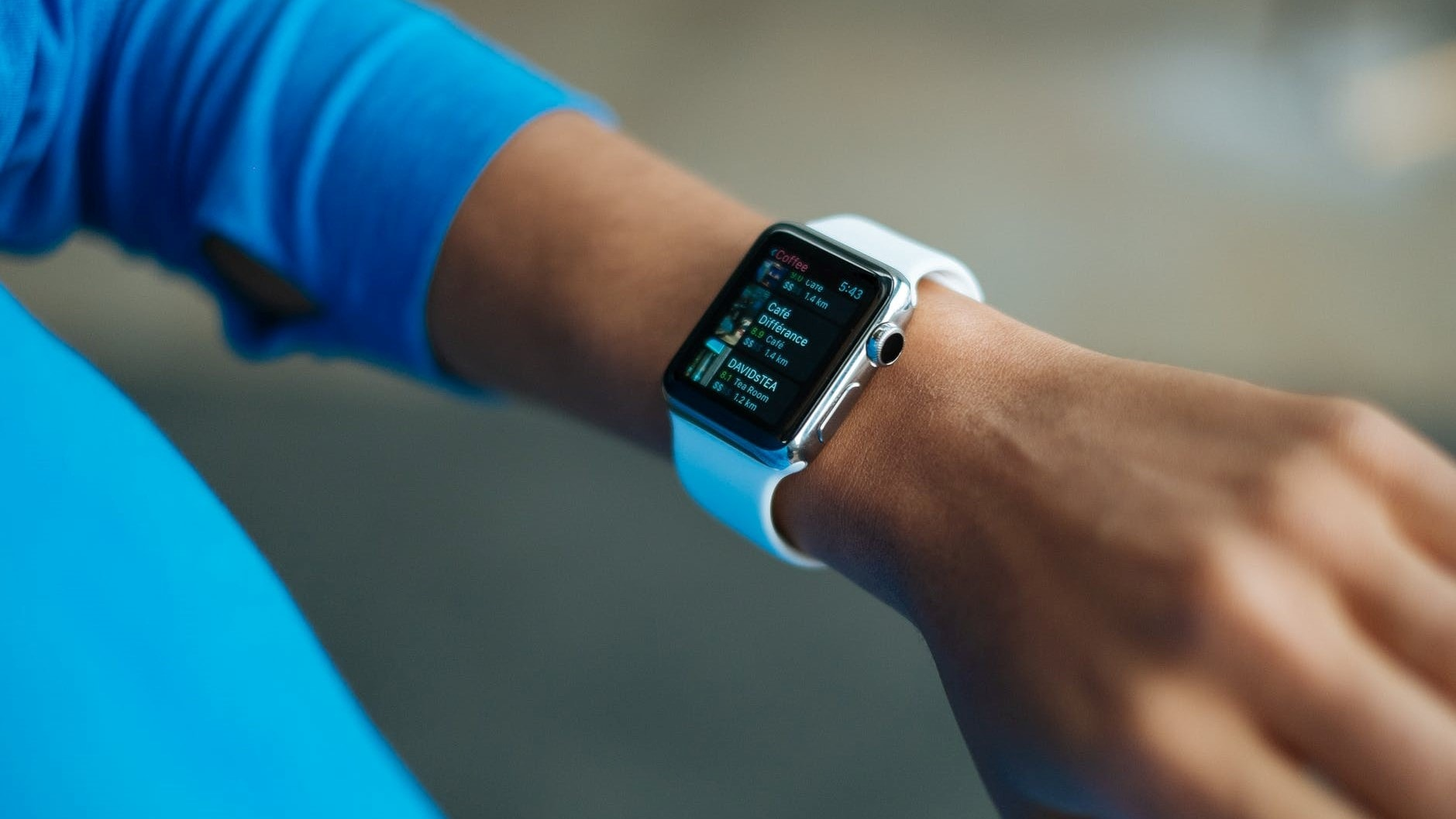 Fitbit in beeld rond pols
